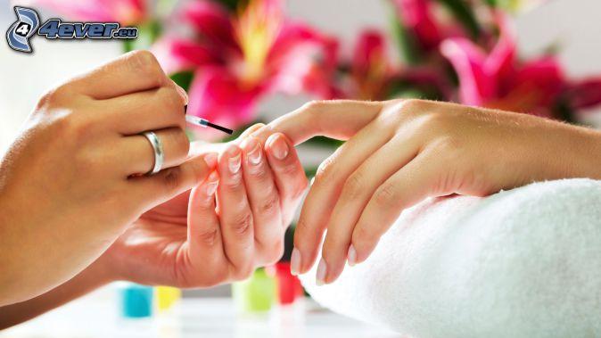 peinture des ongles, serviette, fleurs roses