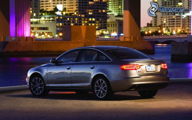 Audi S6, ville dans la nuit, rivière