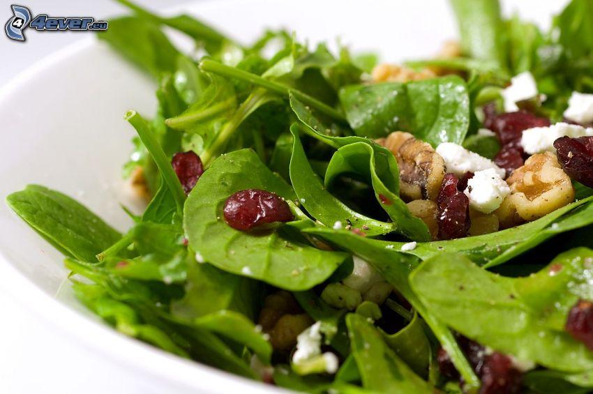 salade, épinards, raisins secs, noix, fromage