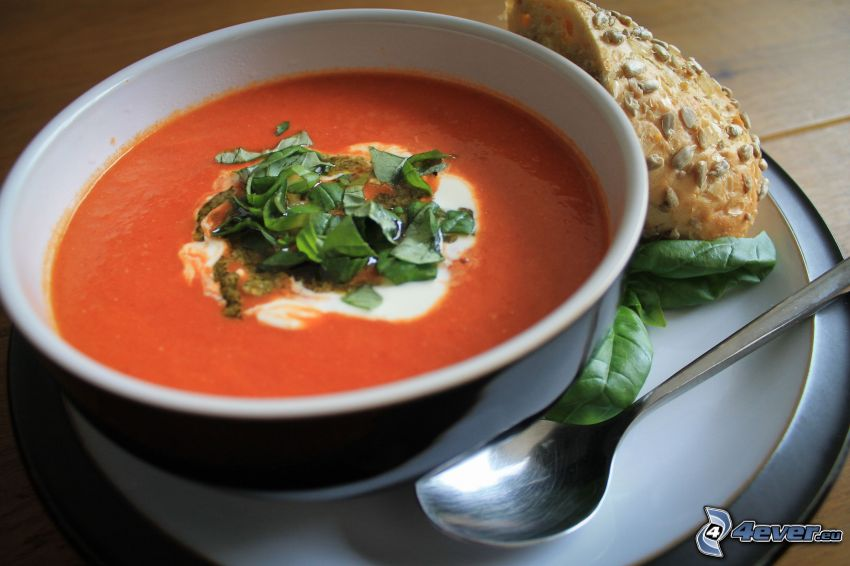 soupe à la tomate, cuillère, basilic