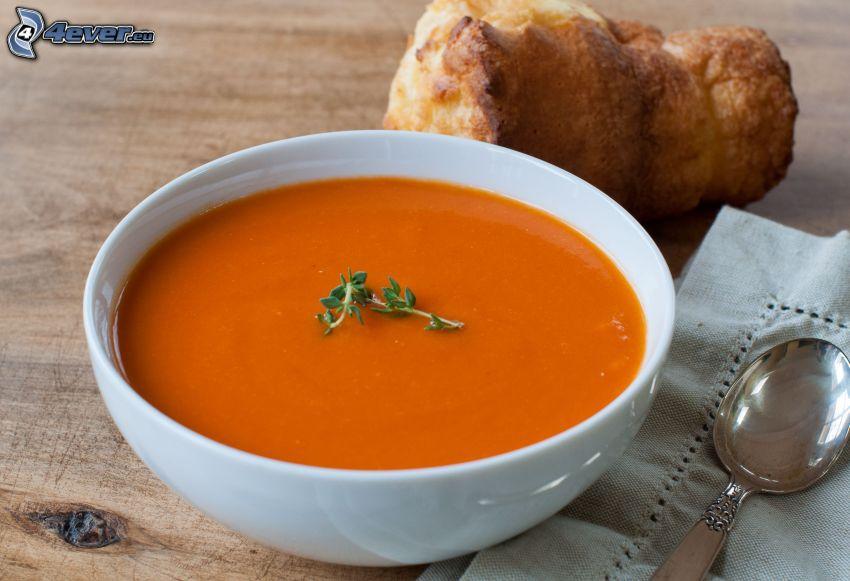 soupe à la tomate, le pain, cuillère