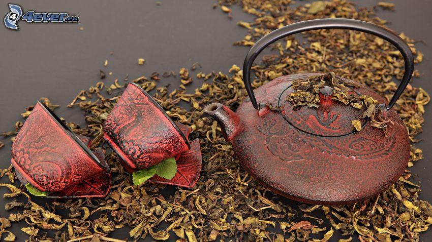 théière, tasses, feuilles sèches