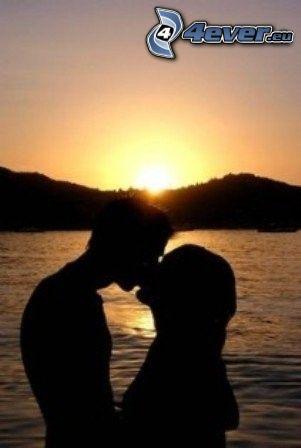 baiser au coucher du soleil, amour, eau