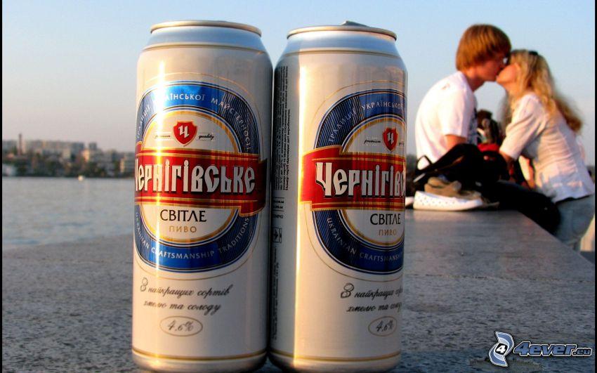 boîtes, bière, couple sur le mur, baiser