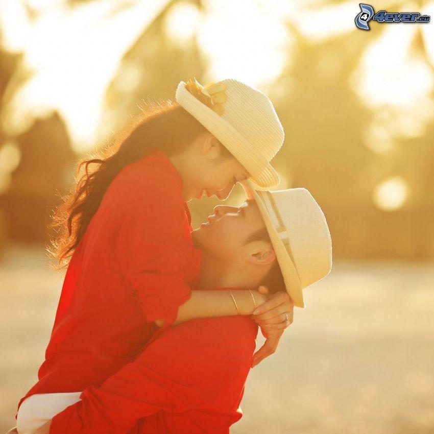 couple, étreinte, chapeaux