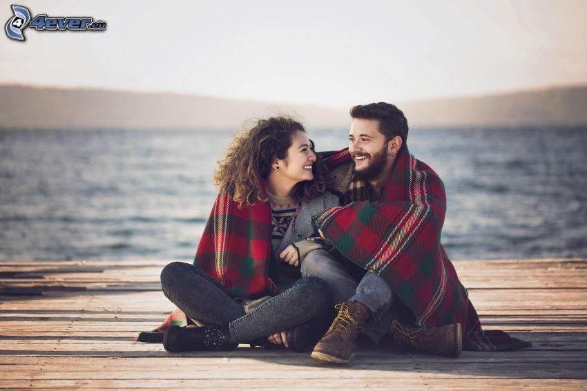couple au bord du lac, jetée, rire, sourire, montagne, couverture