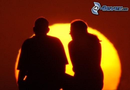 couple au coucher du soleil, silhouette du couple, amour
