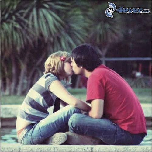 couple dans le parc, amour, baiser