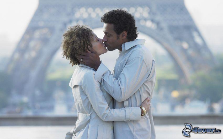 couple dans une étreinte, baiser, Tour Eiffel