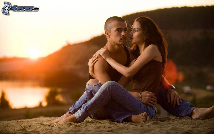 couple dans une étreinte, le parc au coucher du soleil, sable, romantique