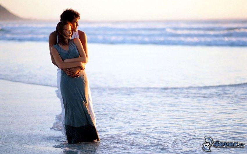 couple près de la mer, amour, étreinte douce