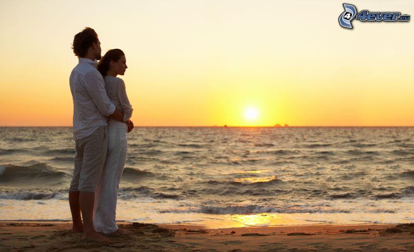 couple près de la mer, coucher du soleil, plage de sable