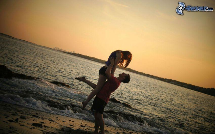 couple près de la mer, heureux couple