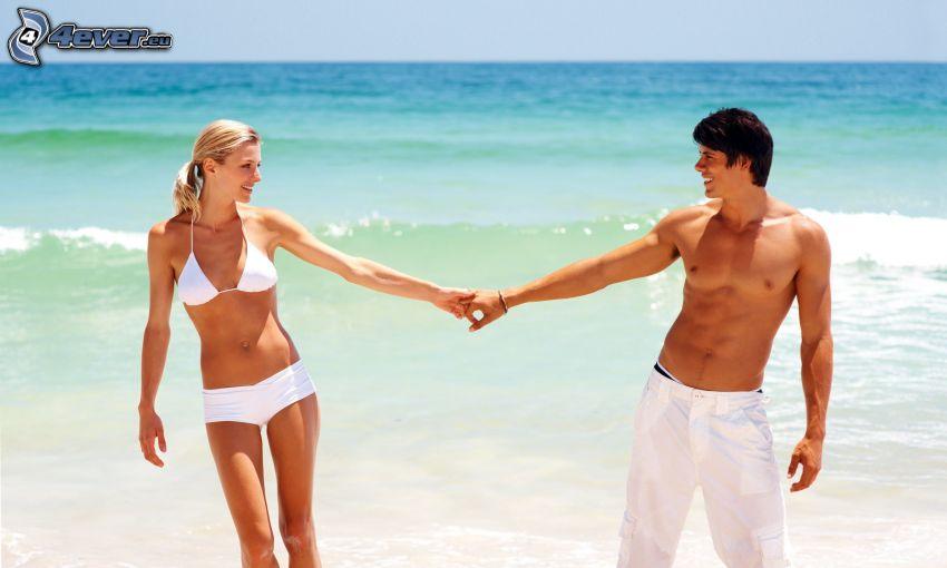 couple près de la mer, ouvert mer