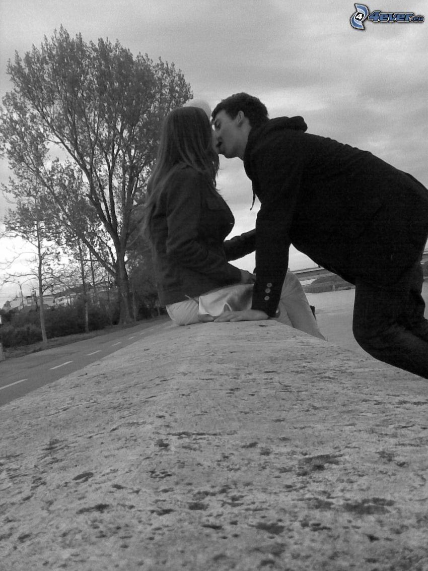couple sur le mur, baiser, amour