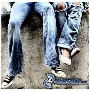 couple sur le mur, jambes, pantalons