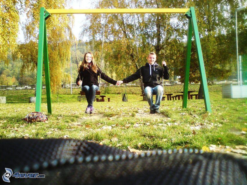 couple sur une balançoire, amour, parc