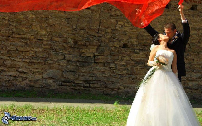 jeunes mariés, baiser, bouquet, tissu rouge, mur