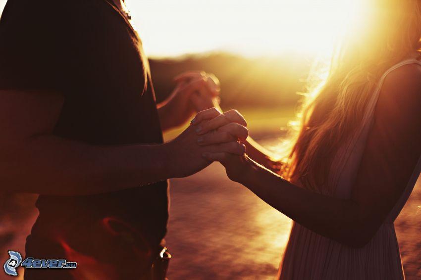 le parc au coucher du soleil, main dans la main