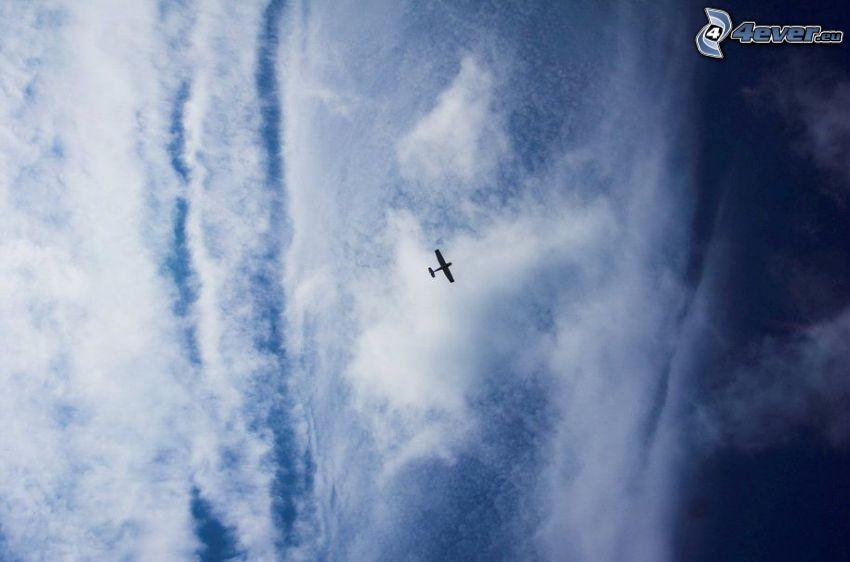 avion dans le ciel, nuages