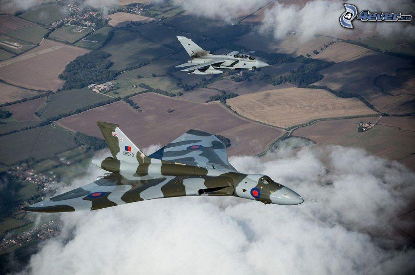 Avro Vulcan, au-dessus des nuages, champs