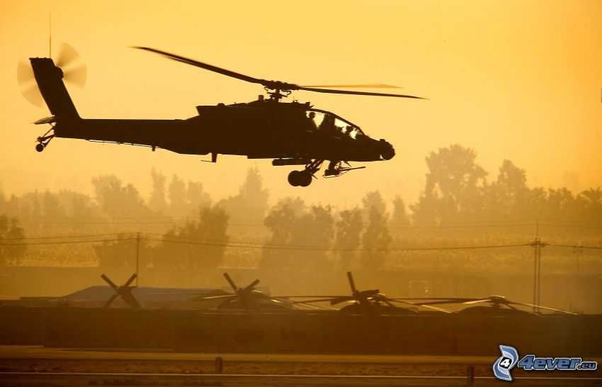 AH-64 Apache, ciel jaune, après le coucher du soleil, silhouette d'hélicoptère