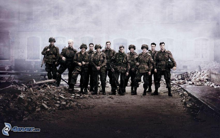 Frères d'armes, soldats, ruines