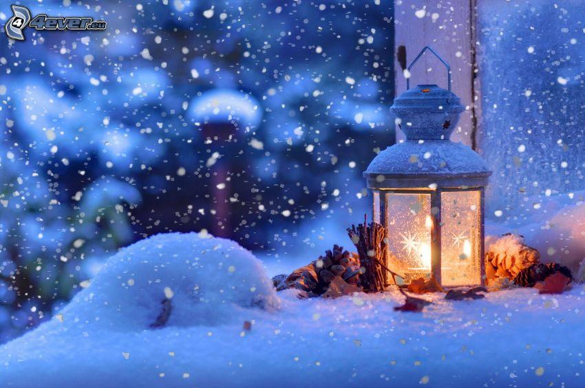 lampions, bougie, cônes de conifères, neige