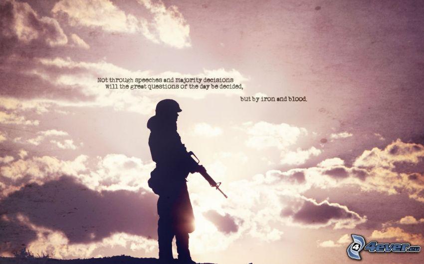 le soldat avec l'arme, silhouettes, soleil, nuages