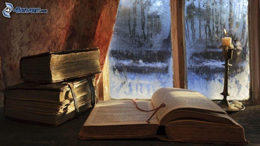 vieux livres, bougie, verre couverte de rosée