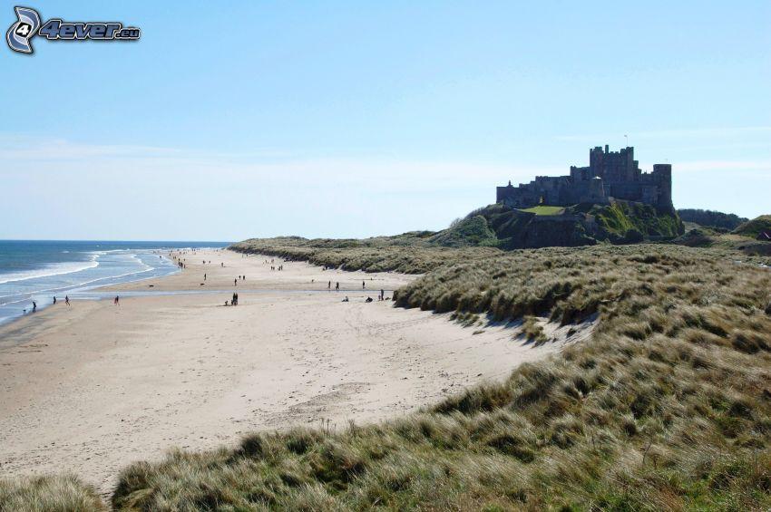 Bamburgh castle, plage de sable, mer