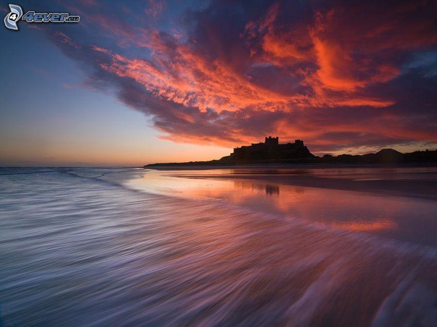 Bamburgh castle, silhouette, après le coucher du soleil, mer