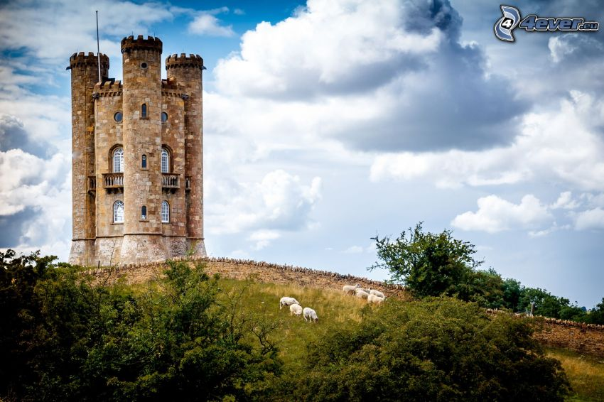 Broadway Tower, arbustes, moutons, nuages