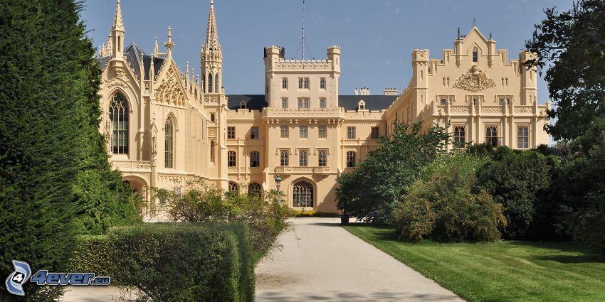 Château de Lednice, trottoir, arbres