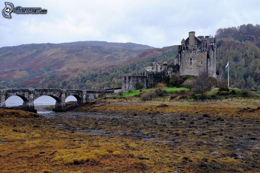 Eilean Donan, pont de pierre, montagne