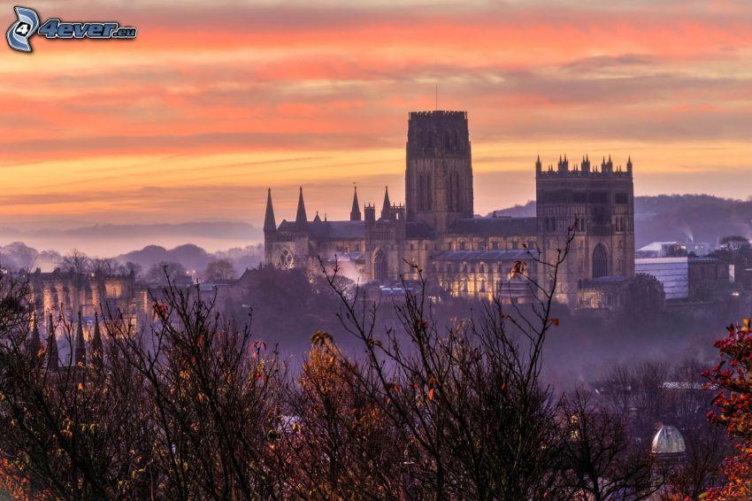 La cathédrale de Durham, ciel orange, après le coucher du soleil