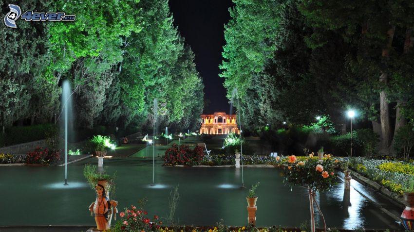 jardin, fontaine, allée des arbres, maison illuminée