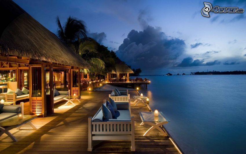 maisons de bord de mer, jetée en bois, soirée