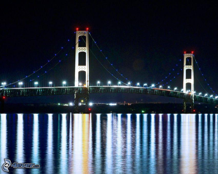 Mackinac Bridge, pont illuminé, nuit, reflexion
