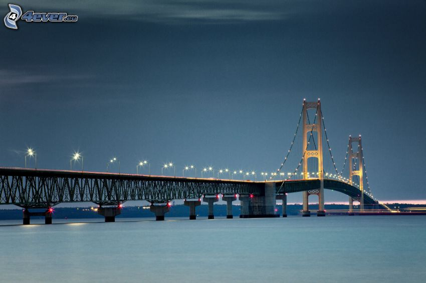 Mackinac Bridge, pont illuminé, nuit