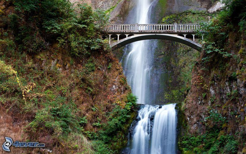 pont de fer, chute d'eau énorme, rochers