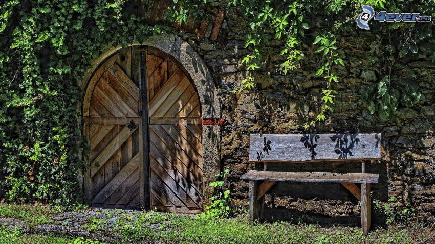 vieille porte, portail, banc, mur de briques, lierre