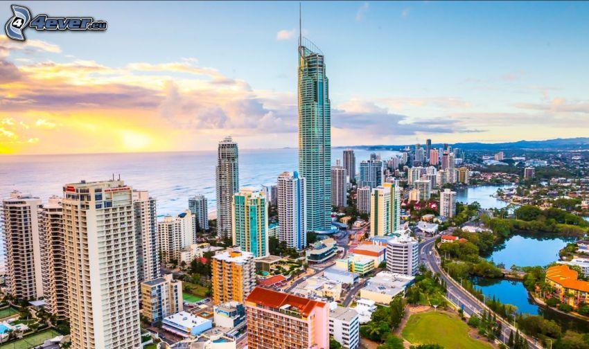 Gold Coast, gratte-ciel, couchage de soleil à la mer
