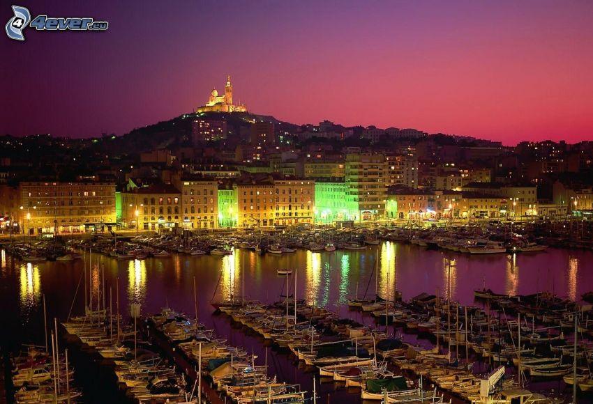 Marseille, port, ville de nuit, après le coucher du soleil