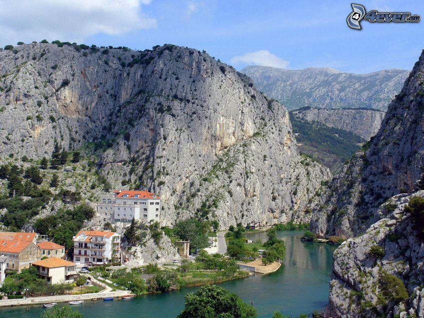 Omiš, Croatie, rochers, rivière