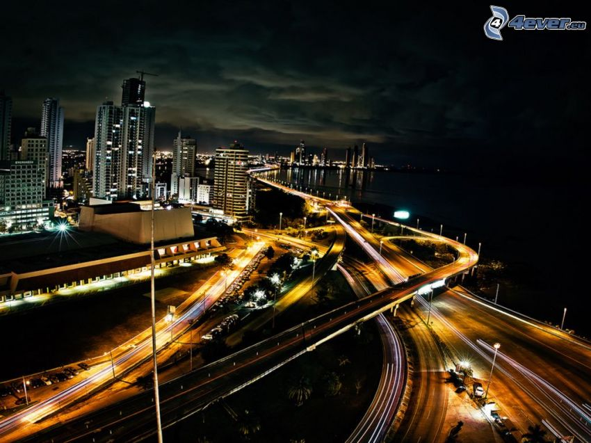 Panama, autoroute, ville dans la nuit