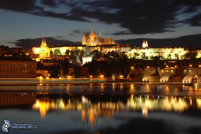 Prague, Château de Prague, Pont Charles, Vltava, ville dans la nuit