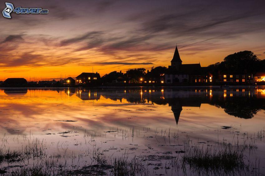 soirée, maisons, lac, après le coucher du soleil