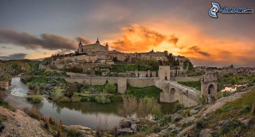 Tolède, Alcázar de Toledo, pont de pierre, après le coucher du soleil