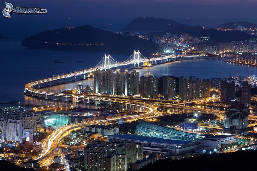 ville dans la nuit, pont illuminé